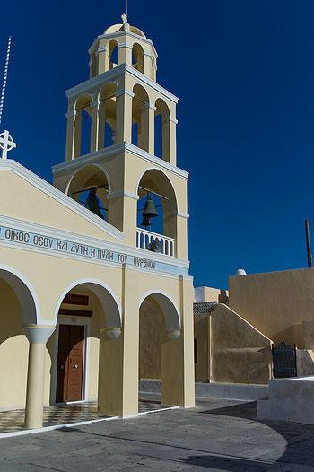 Architekturfotografie der Kirche von Oia auf Santorini. Aufnahme mit LEICA M9 und Biogon ZM 2/35 mm vor der Perspektivkorrektur mit Photoshop. Copyright 2012 by Klaus Schoerner