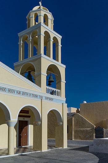 Architekturfotografie der Kirche von Oia auf Santorini. Moderate Entzerrung zur Milderung der stürzenden Linien. Aufnahme mit LEICA M9 und Biogon ZM 2/35 mm. Copyright 2012 by Klaus Schoerner