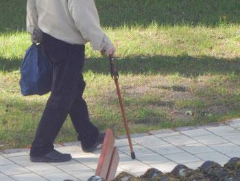 Alter Mann als Spaziergänger auf dem Kinderspielplatz