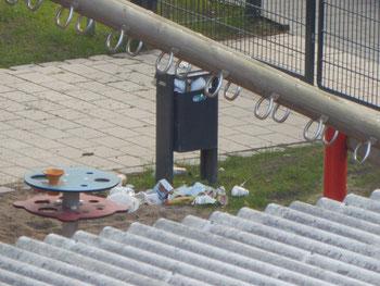 Vermüllte Mülltonne auf dem Kinderspielplatz