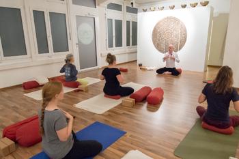 Rene Hug 200 Stunden Yin Yoga Restorative Yogatherapie Ausbildung Schweiz Deutschland