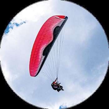 Le saut en parachute en tandem est le cadeau idéal pour les papas sportifs n'ayant pas froid aux yeux ! Crédit photo :  PxHere©