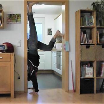 Fit werden ohne Sport - Handstand im Türrahmen