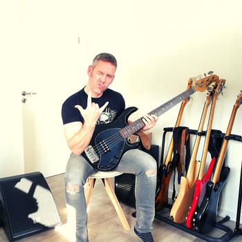 Bassist mit Music Man Stingray E- Bass