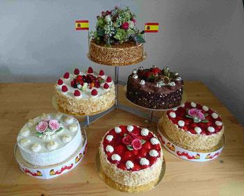 Hochzeit - Sahne - Torten mit Blumengesteck.