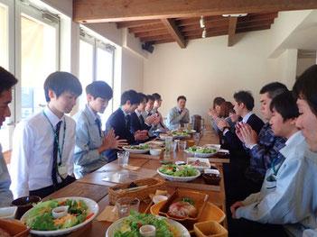 若手社員主催の新入社員歓迎昼食会の様子
