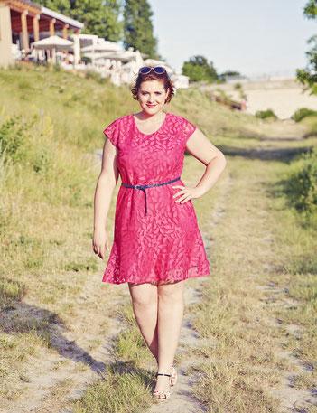 rosa Spitenkleid für modische mollige Frauen