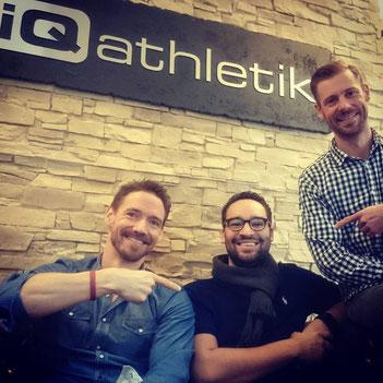 Andreas Wagner (links) und Sebastian Mühlenhoff (rechts) von iQ athletik mit dem angehenden Triathleten Phillip Grévy (Bildmitte), der ehrenamtlich die Frankfurter SportStiftung unterstützt