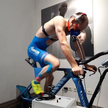 Patrick Lange bei der Leistungsdiagnostik auf dem Fahrradergometer im Trainingsinstitut iQ athletik
