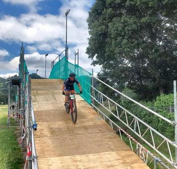 Die von iQ athletik trainierte Mountainbikerin Nina Kuhn fährt beim Black Forest Ultra Bike Marathon auf den starken 3. Platz