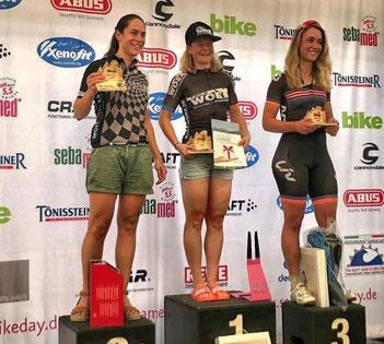 Die von iQ athletik trainierte Mountainbikerin Nina Kuhn siegt beim sebamed Bike Day