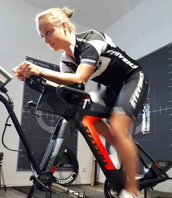 Die Profi-Triathletin Jana Uderstadt beim Bikefitting im Trainingsinstitut iQ athletik