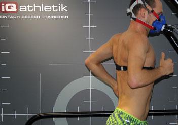 Ironman-Weltmeister Patrick Lange bei einer Spiroergometrie mit Laktatdiagnostik auf dem Laufband
