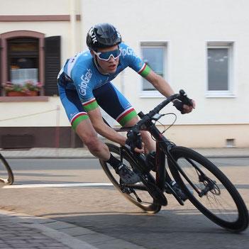 Als starker Anfahrer legte Simon Redmers die Grundlagen für den Erfolg des Cycling Team Erdinger Alkoholfrei in Göllheim