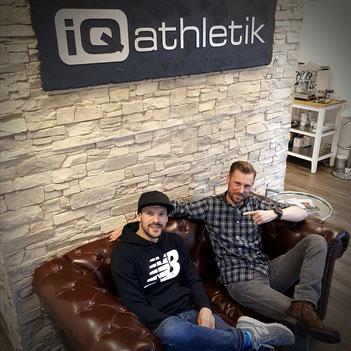 Der Ironman-Weltmeister Patrick Lange (links) mit dem Diagnostixexperten Sebastian Mühlenhoff von iQ athleti