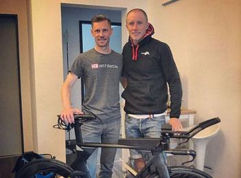 Sebastian Mühlenhoff von iQ athletik und der Triathlet Moritz Bleymehl