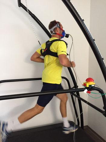 Messen der Atemgase während einer Belastung auf dem Laufband (Spiroergometrie)