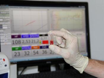 Blutprobe einer Laktatdiagnostik vor den Messwerte einer Spiroergometrie