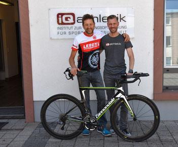 Triathlet Jürgen Bäuerle und sein Trainer Sebastian Mühelnhoff von iQ athletik