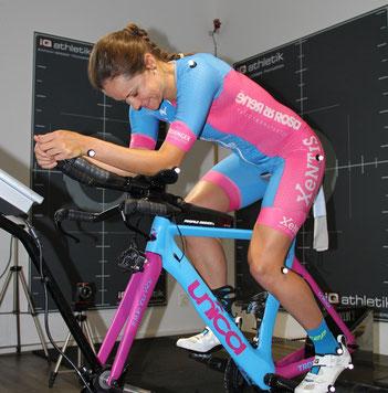 Die Profi-Triathletin Natascha Schmitt beim Bikefitting im Institut zur Trainingsoptimierung iQ athletik