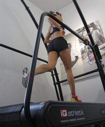 Julia Lange bei der Trainingsoptimierung für ihren ersten Triathlon im Trainingsinstitut iQ athletik