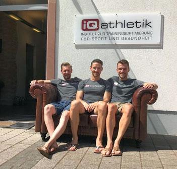 Die Coaches Sebastian Mühlenhoff, Andreas Wagner und Tobias Ohlenschläger auf der legendären iQ athletik Couch