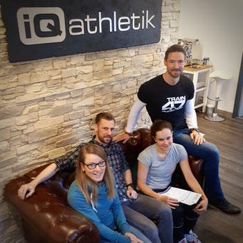 Dr. Katrin Stücher, Sebastian Mühlenhoff und Andreas Wagner von iQ athletik mit der Profi-Triathletin Natascha Schmit