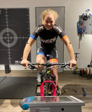 Die Elite-Mountainbikerin Nina Kuhn beim Bikefitting im Trainingsinstitut iQ athletik