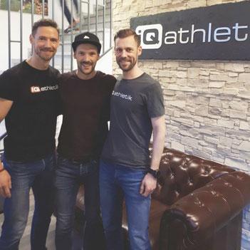 Ironman-Weltmeister Patrick Lange (Mitte) mit mit den Gründern von iQ athletik iQ athletik Andreas Wagner und Sebastian Mühlenhoff