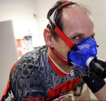 Bernd Hornetz bei der Leistungsdiagnostik auf dem Fahrradergometer