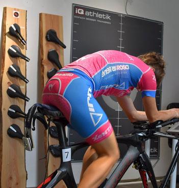 Die Profi-Triathletin Natascha Schmitt fährt künftig auf dem neuen Stride Sattel