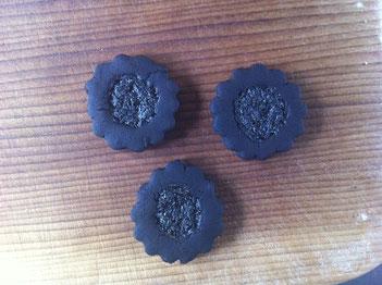 おいしそうな、オレオみたいなクッキー焼けました〜バニラクリームを挟んでどうぞ♬……と言いたいところなのですが、実はその正体は、オーブンの中に忘れられたままで炭と化したジャムクッキー。まっくろくろのこげこげ!になったのでした。びっくり〜^^;
