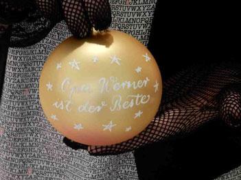 Weihnachtskugeln mit Text und Design