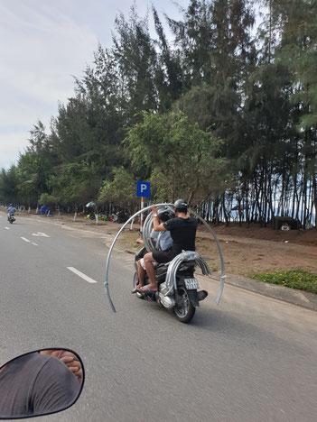 Transportweg der Vietnamesem, überladener Roller Da Nang