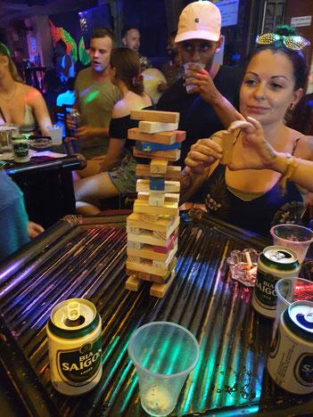 Bar mit Jenga spielen in Hoi An