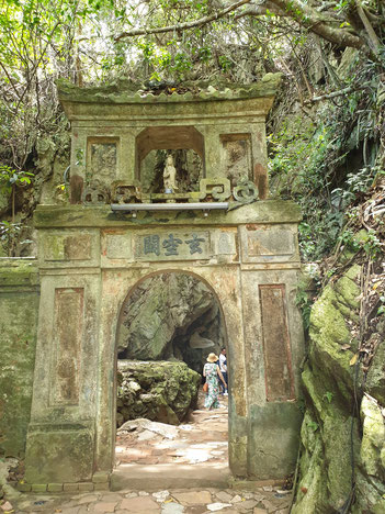 Zugang zum Tempel, der auf den Marble Mountains liegt
