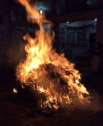 ॐOmの文字が浮かび上がるホーリー(ホーリー祭での篝火)