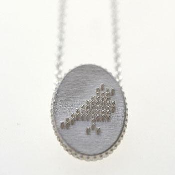 vogel ketting, ovale ketting in zilver in borduursteek, duifje ketting, zilveren sieraden, handgemaakte sieraden