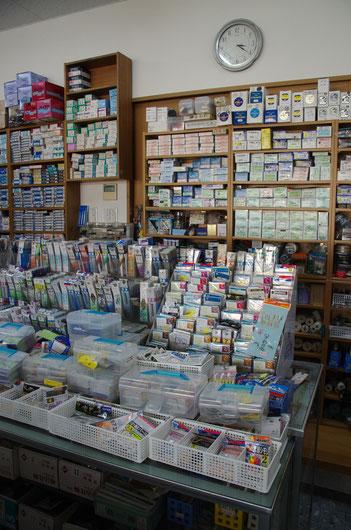 東近江の「原田釣具店」さんの店内には、懐かしい針や仕掛けが