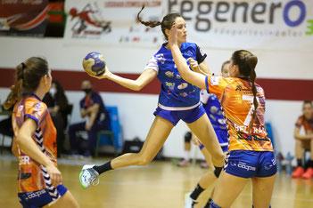 Miriam Requena lanzando desde el central ante Raquel Beltrán / Foto: Jordi del Puente