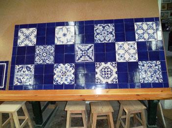 Tischplatte mit Dekorfliesen