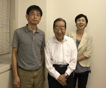 三谷理事長(中央)と上坂浩史、片山俊子
