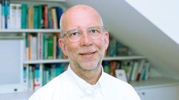 Abbildung, Dr. med. Christoph Gepp, Brille, wenig und kurze Haare, kurzer Bart
