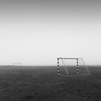 Fußball, soccer, Spielfeld, Nebel, misty, photography, Minimalismus, Fotografie, minimalism, minimalist, minimalistisch, Holger Nimtz, silence, Ruhe, Stille,  Kunst, fine art, Fotokunst,