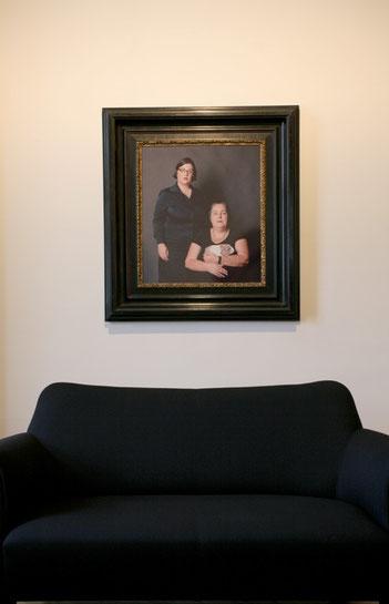 Ausstellungsansicht: Mittelformatfotografie mit Originalrahmen von ca. 1890 (100x92cm); Pose 3 - Künstlerin mit Rektorin und Meeschweinchen,  Foto: Teresa Novotny