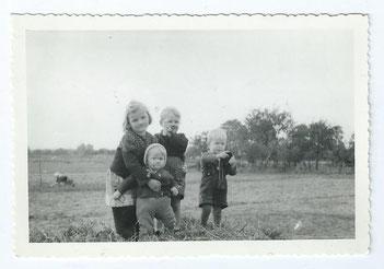 Anneliese, Ursula, Roli und Dieter in Wietzendorf 1944, hinter dem Haus von Meister Lange