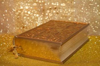 Dans la Bible, l'or est associé à la sainteté, à la pureté et à l'éclat spirituel. C'est pourquoi, de très grandes quantités d'or ont été utilisées dans le sanctuaire du Temple et du tabernacle et tous ses ustensiles : l'autel à parfums, les chandeliers,
