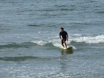元々ショートでしたが最近ロングをゲットされて楽しまれています。江口は小波が多いので、波によって使い分けると海に入る回数がグッと増えますね。