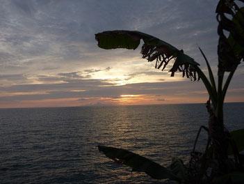 しばらく続いた波も、今日はかなりサイズダウンでしたね・・ 夕日も雲で阻まれています。