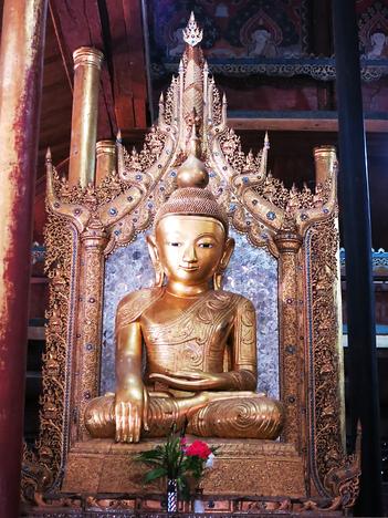 Buddhafigur im Phe Kyaung Kloster (Katzenkloster)